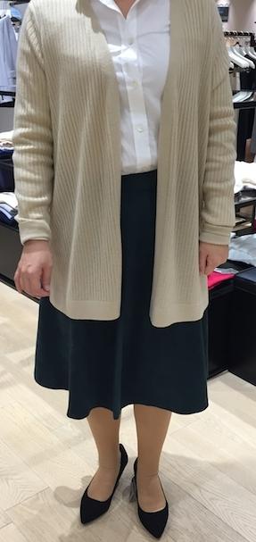 フェイクスウェードのスカートはフォレストグリーンを。ベージュやグレー、ネイビー、白、あらゆる定番色をトレンディに仕上げてくれる色。フェイクスエードは軽くて柔らかく着心地の良いトレンドアイテム。