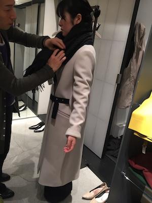 コートは、この形、この丈が彼女にはベスト!