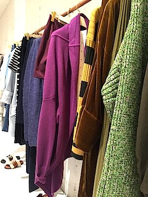 今日は、ビジネスラインのベーシックなアイテムにも少し味付けできる贅沢なシャツ、コート、ニットを。