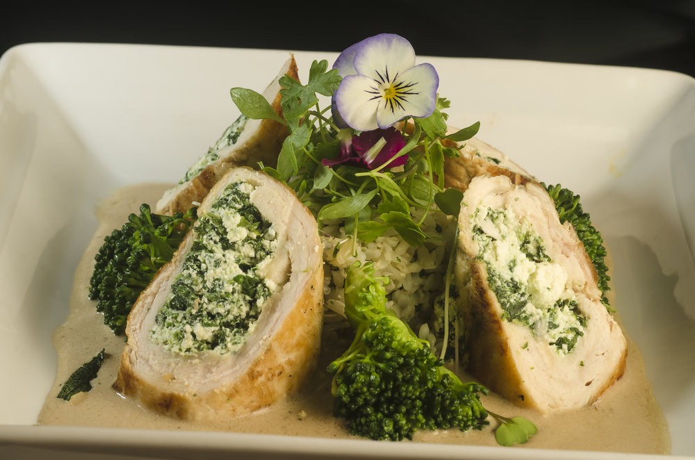 Emporium- peito de frango recheado com ricota e espinafre ao molho de ervas servido com arroz integral e brócolis.JPG