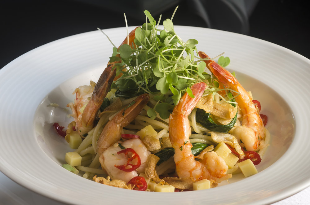 Italiano-espaguete com camarão ao alho, cubos de parmesão, rúcula e pimenta calabresa.JPG