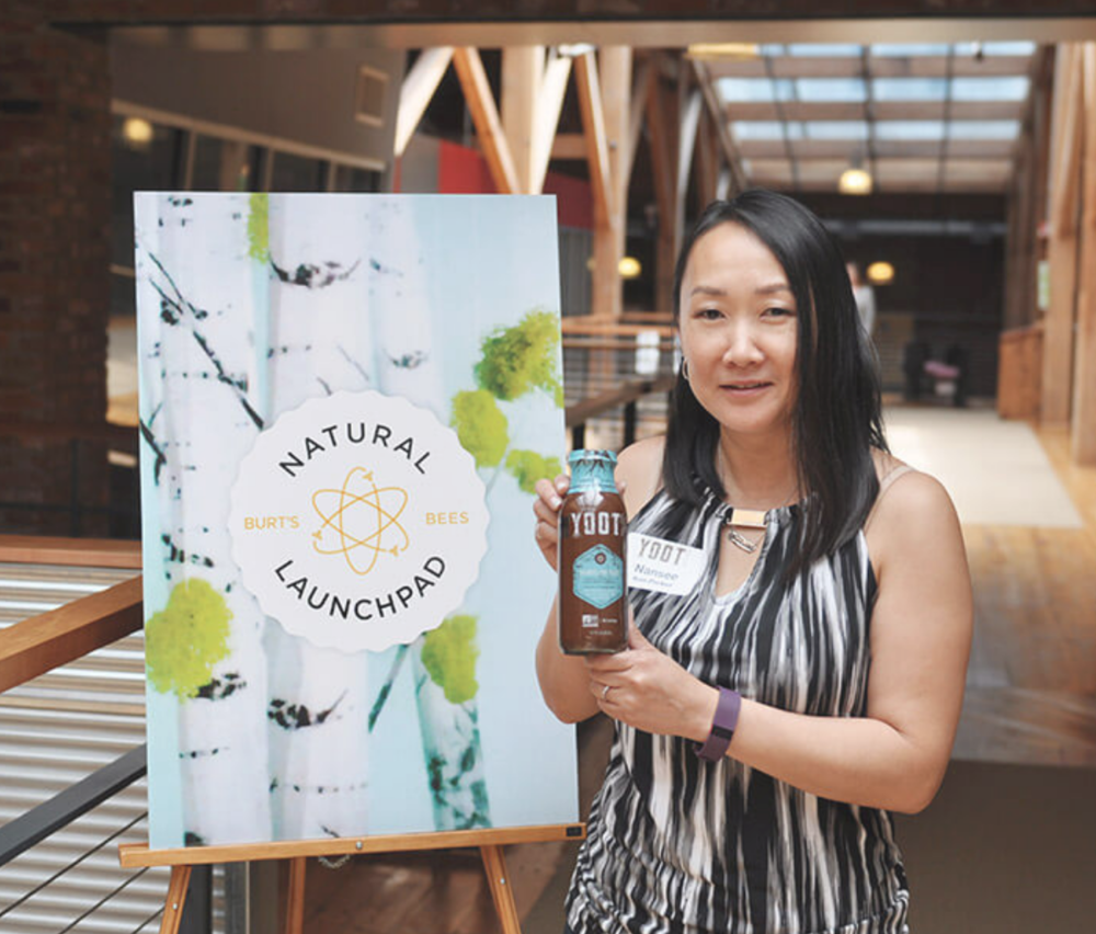 Nansee winning Burt's Bees Natural Launch Pad award for her YOOT Chai Dandelion Tea.