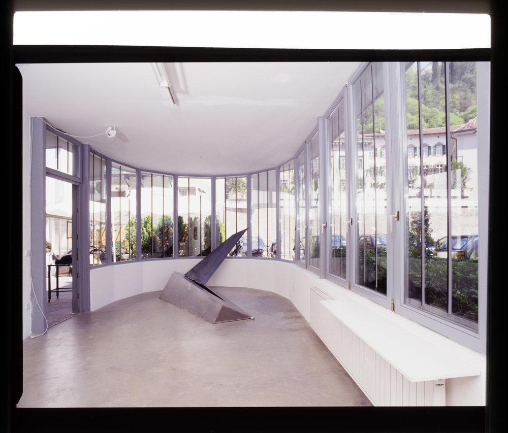 """TAGTRÄUMER JAGEN NACHTS"", artgallery Meran 2000  Installation with metalbox/sculpture"