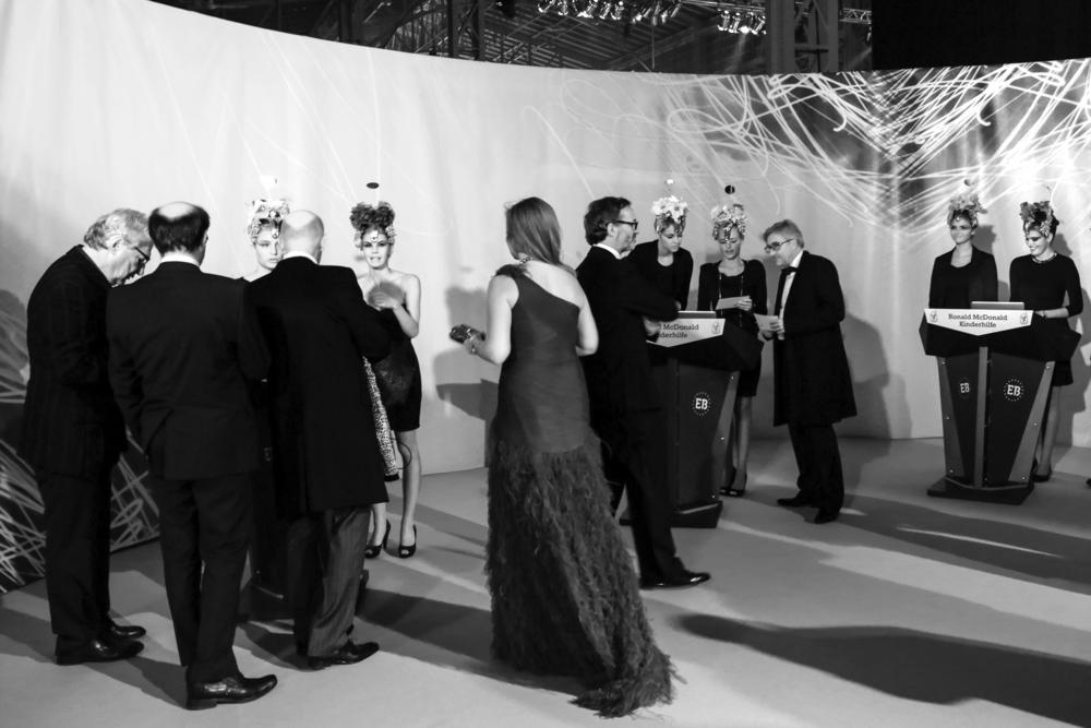 Highlight für den Gäste-Empfang: Mit den neuen Empfangs-Pultenwird der Eingangsbereich Ihrer Veranstaltung hochwertig umgesetzt. Die aus Karton gefertigten Pulte lassen sich im Design einer Veranstaltung gestalten und mittels LED-Beleuchtung gut in Szene setzen.