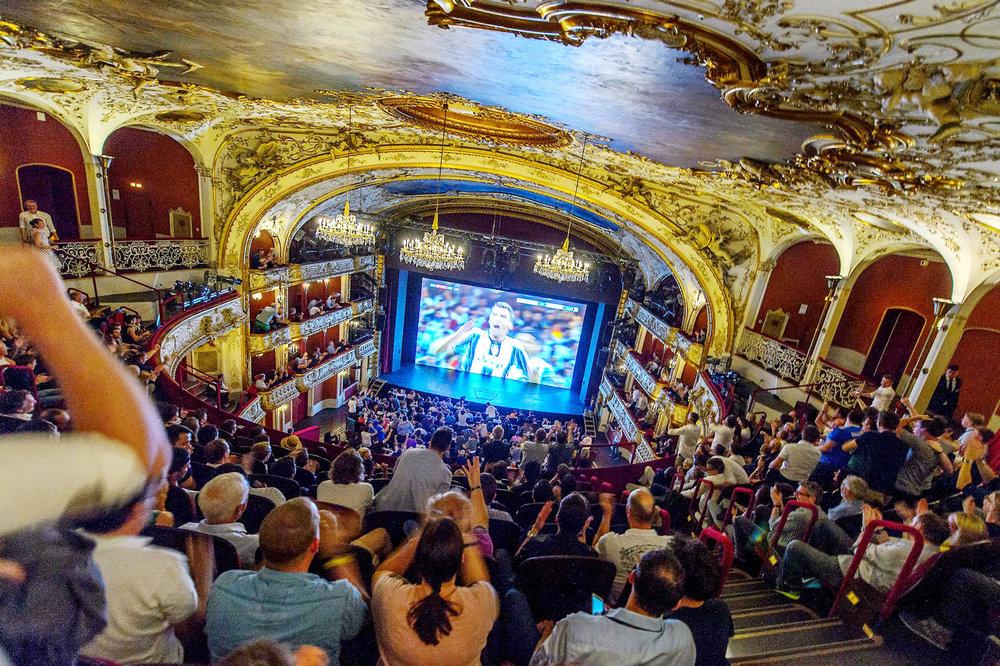 """Die """"Sky Sport Night"""" im Wiener Volkstheater:  Rund 800 Gäste verfolgten das Finale der UEFA Champions League in gediegenem Ambiente."""