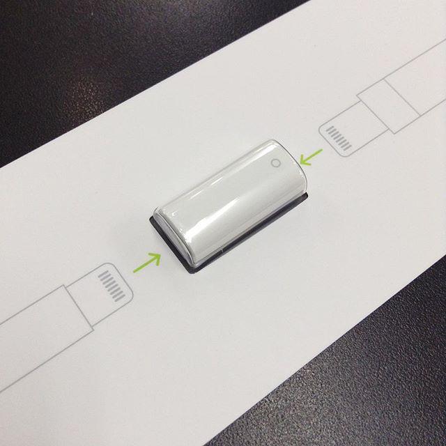 Pencil 付属の Lightning メス−メス変換。 これを使って直接AC から充電可能なんです。