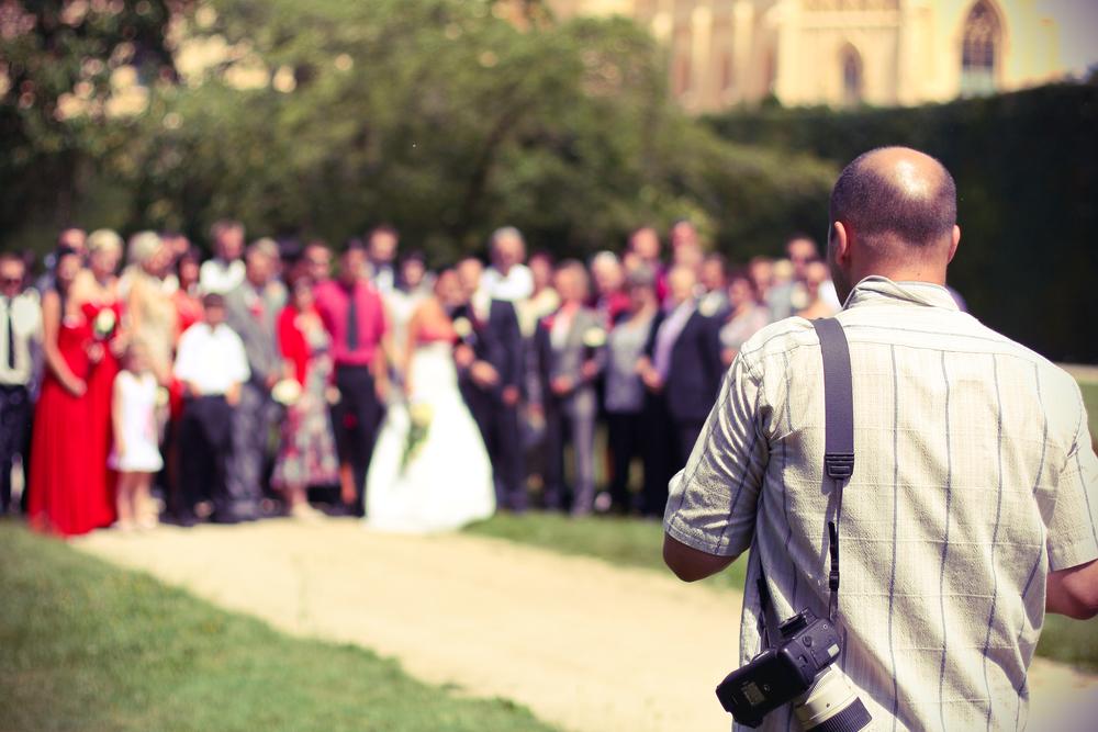 Dompteur, Animateur, Kriegsberichterstatter, Seelsorger - die Rollen des Hochzeitsfotografen sind vielfältig.