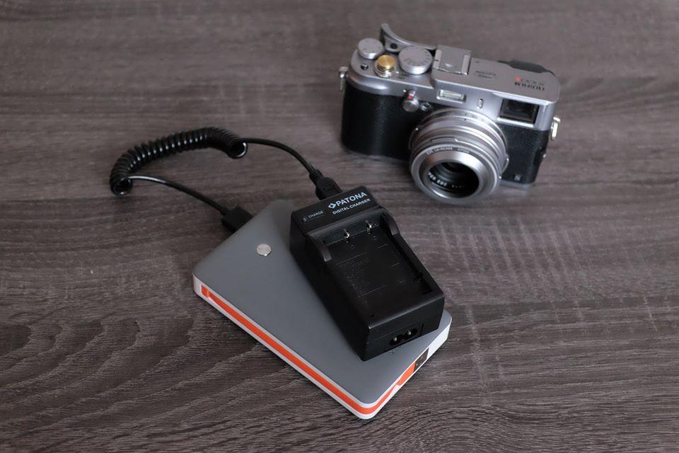 Meine geliebte Fujifilm X100S mit den beiden im Artikel besprochenen Artikeln