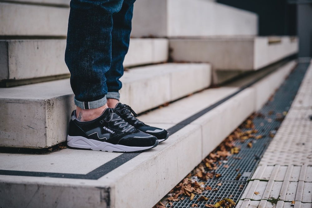 Karhu Aria Black:White On Feet2.jpg