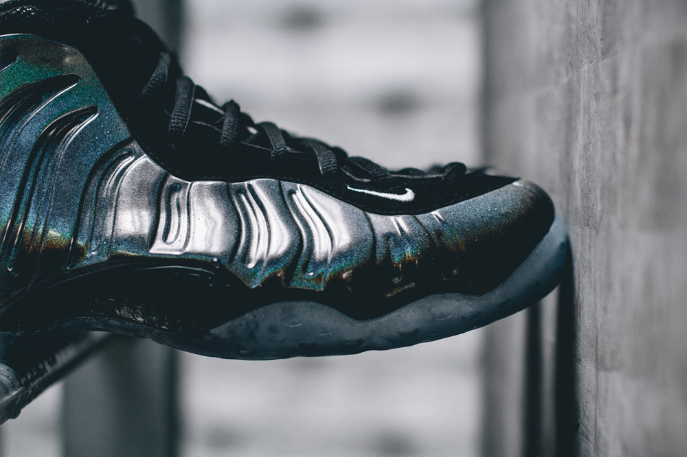 nike-air-foamposite-one-hologram-closer-look-3.jpg