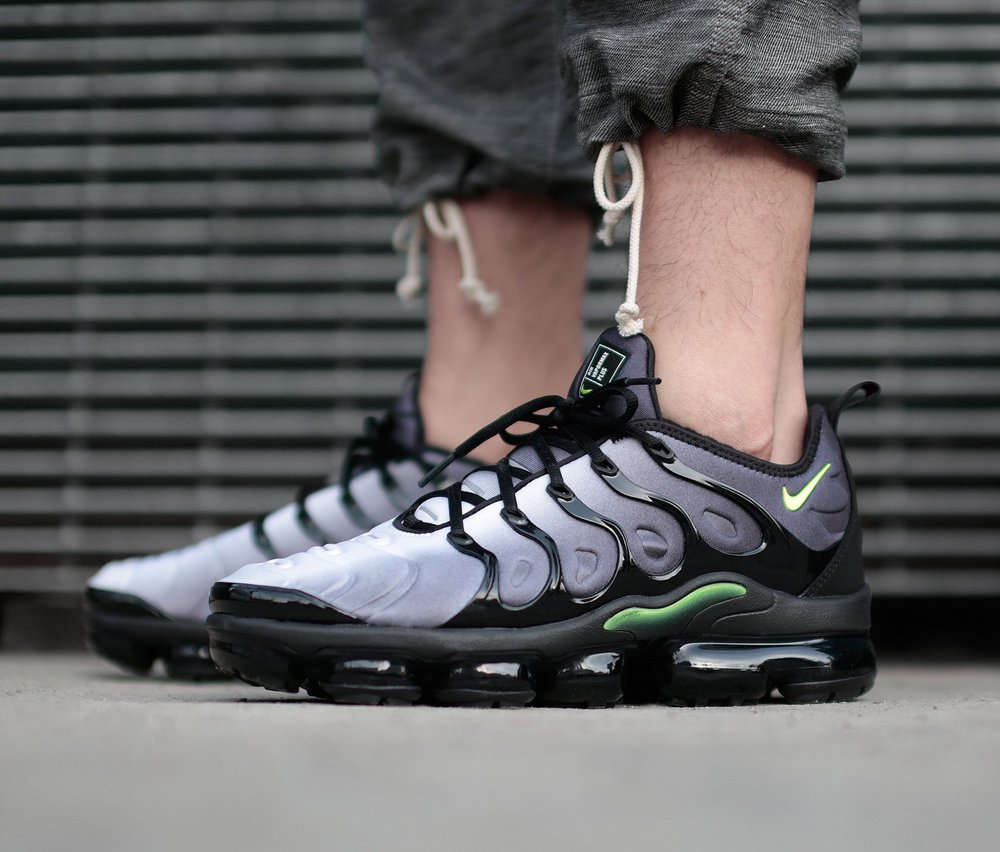 nike air vapormax plus black volt