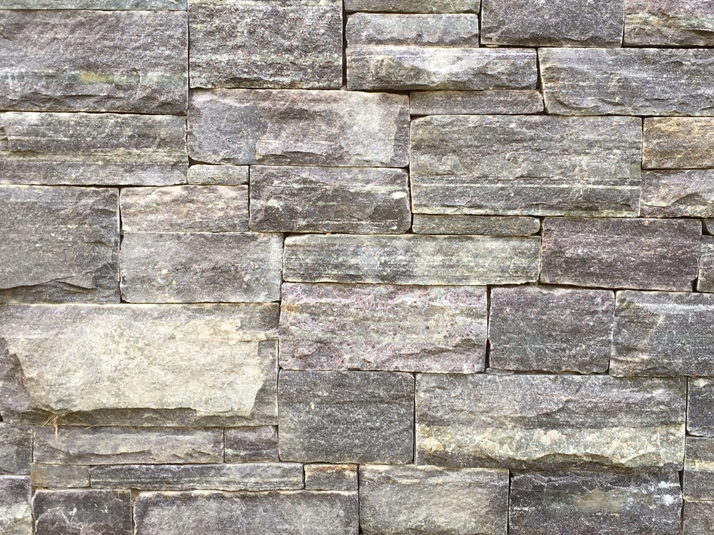 The variations in tone and pattern of the Connecticut Fieldstone lend to this stone's inherent natural beauty.