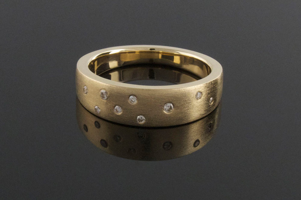 Yellow gold ring with scattered diamonds