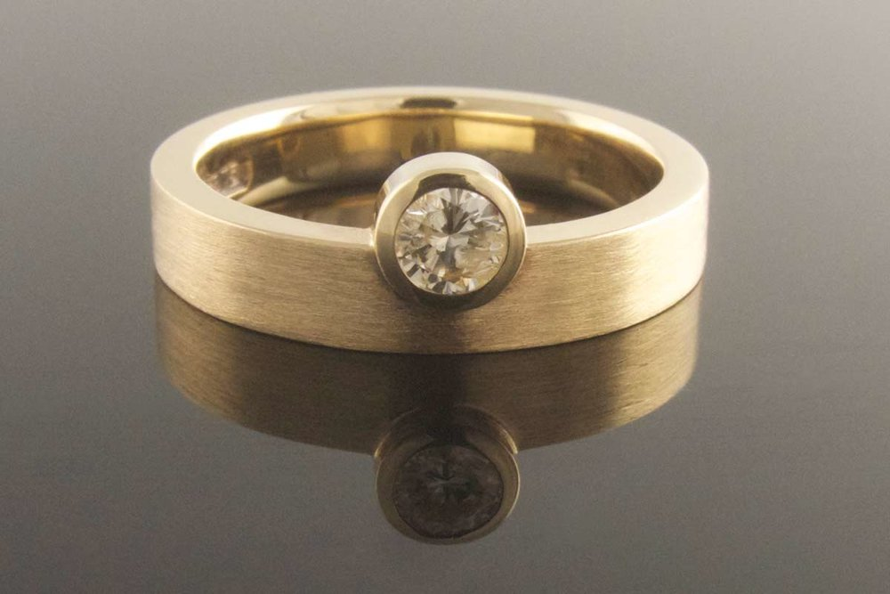 Asymmetrical diamond ring in yellow gold