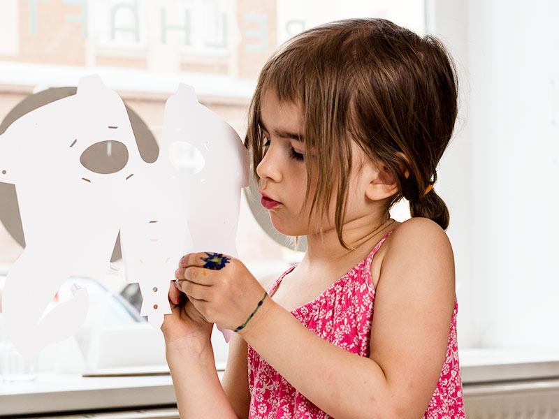 Mit Herings Einhorn-Maske wird der Kindergeburtstag zum Kinderspiel – genau so, wie Du das Basteln der Maske. Alle Teile sind ausgestanzt und vorgefalzt. Einfach nach Anleitung falten und zusammenstecken …