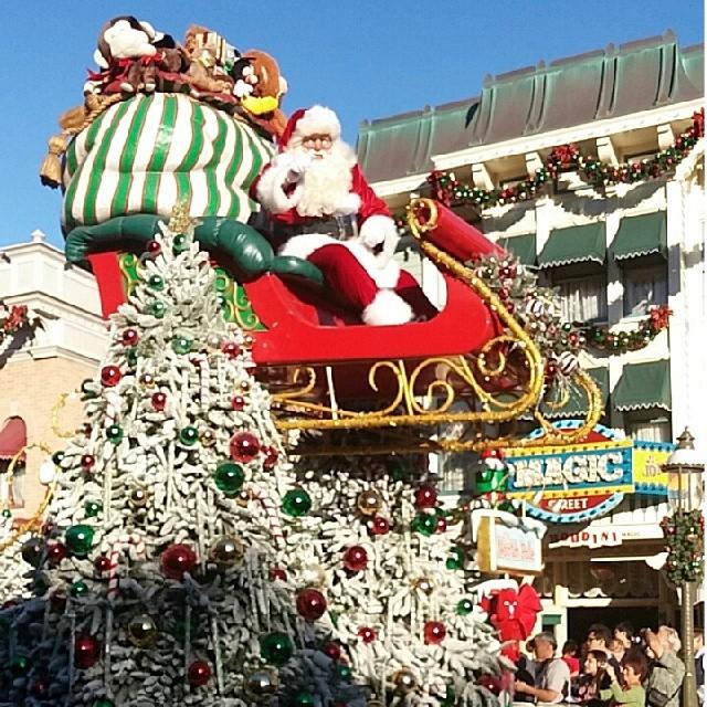 SANTA! 😃 #Disneyland #christmas2014