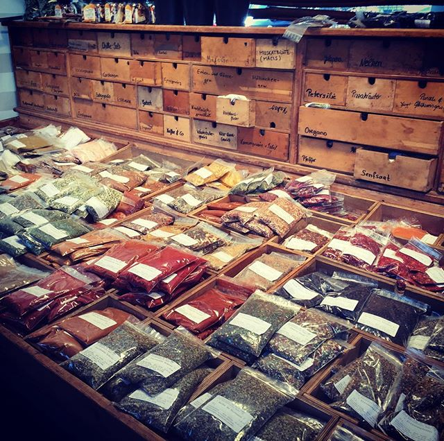 Sniff sniff. Aaaah. I can smell all the world flavors from here. City market life is amazzzing and I'm so glad I could make it back to get this spices!! I think I've just traveled through North Africa and a Parisian kitchen! #isemarkt #kraueterhexe #hamburg