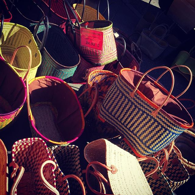 The most colorful, beautifully handmade big shopping bags and baskets! Market + garden life is just not the same without holding one of these babies 🛍I had the biggest grin ever holding mine. 😁Can't wait for its continued use picking veggies in my garden!! 🙌🙌🤙🥒🥕🌽🌶 #marketlife #africanbaskets #wovenbeauty #baglady #internationalmarket #moinmoinhamburg