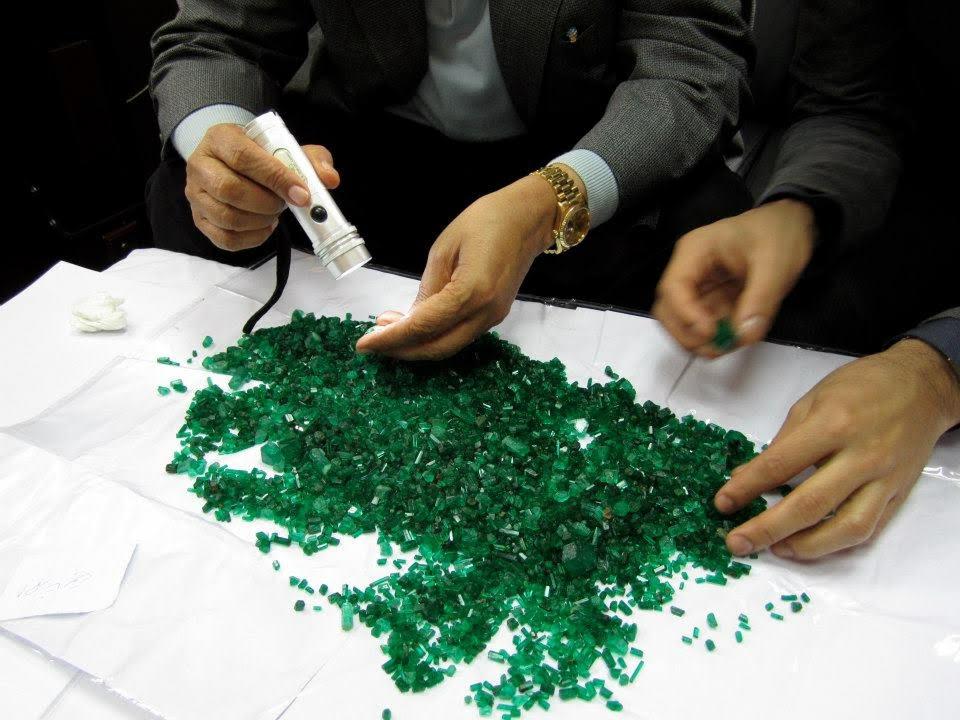 Raw emeralds pile.jpg