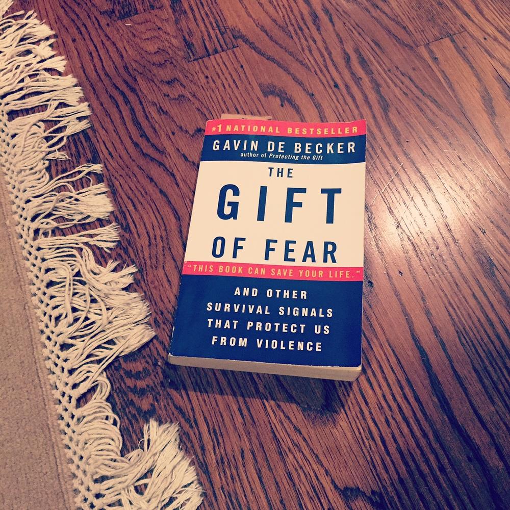 """El libro de Gavid De Becker, """"The Gift of Fear"""", tiene muchos de sus consejos"""