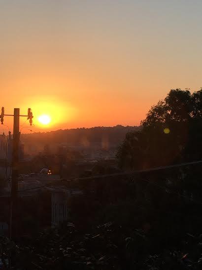 Vista de una de mis ventanas tempranoen la mañana cuando estaba saliendo el sol.