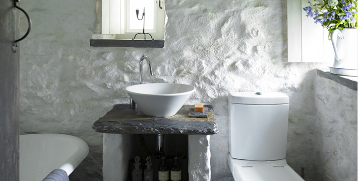Ground floor in former dairy with roll top bath and modern fittings.