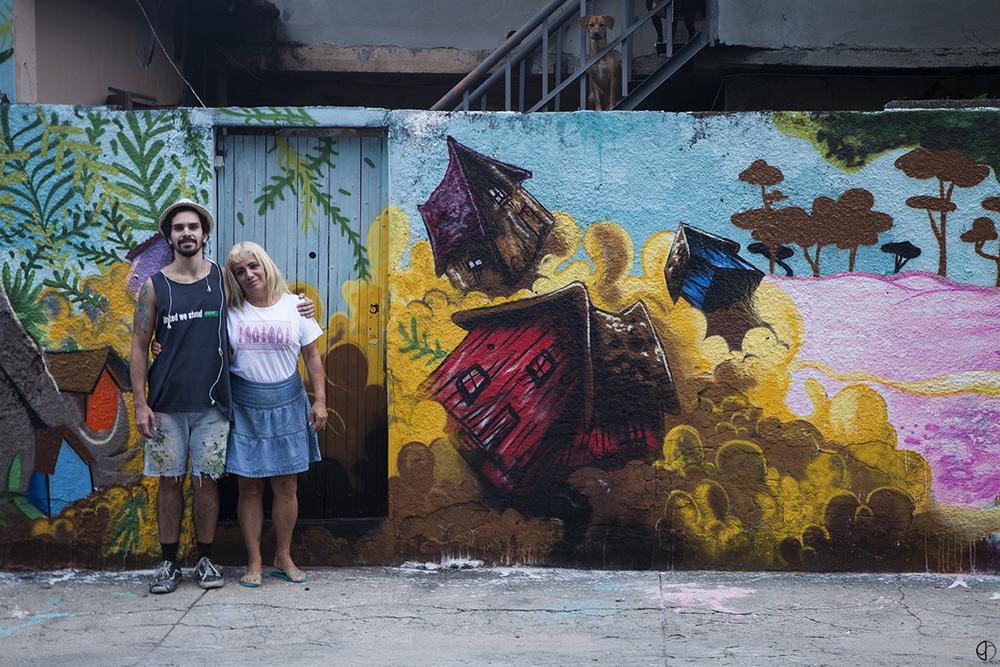 Heitor e a esposa do Carlinhos, que cedeu o muro para nós. E sua cachorrinha ao fundo, que acompanhou toda a ação(clique para aumentar).