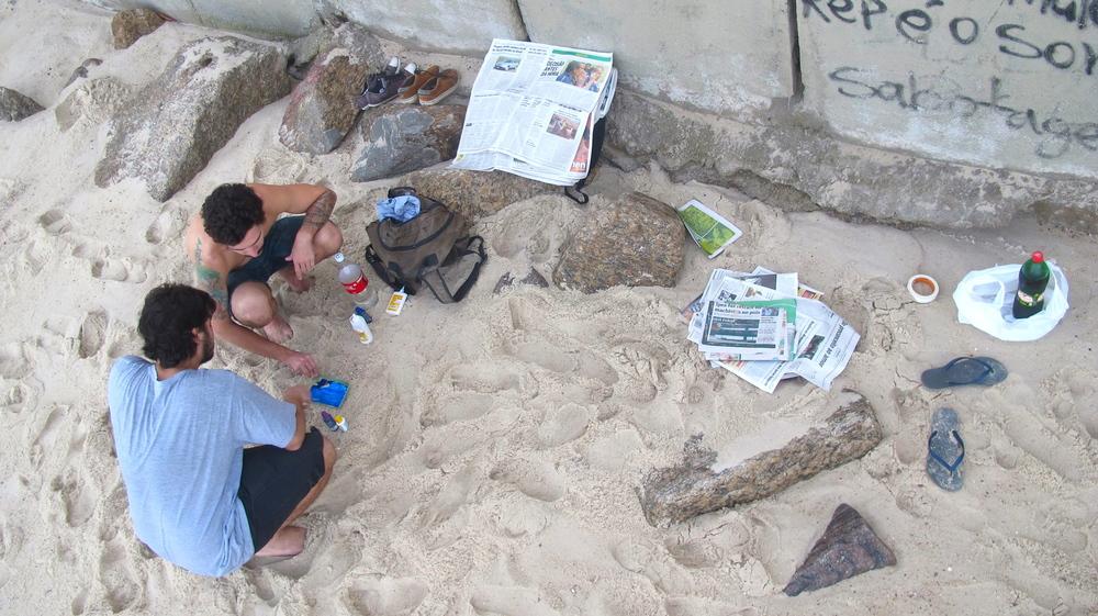 Felipe e eu, preparando a desfalcada colagem com jornais (clique para aumentar).