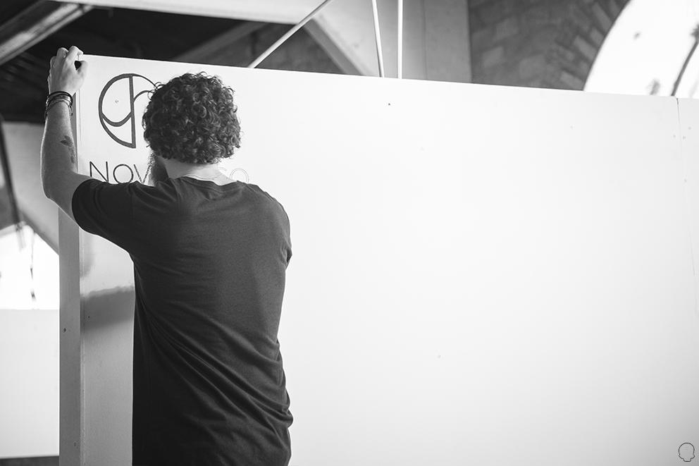 Pedro imprimindo nossa logo à mão (clique para aumentar).
