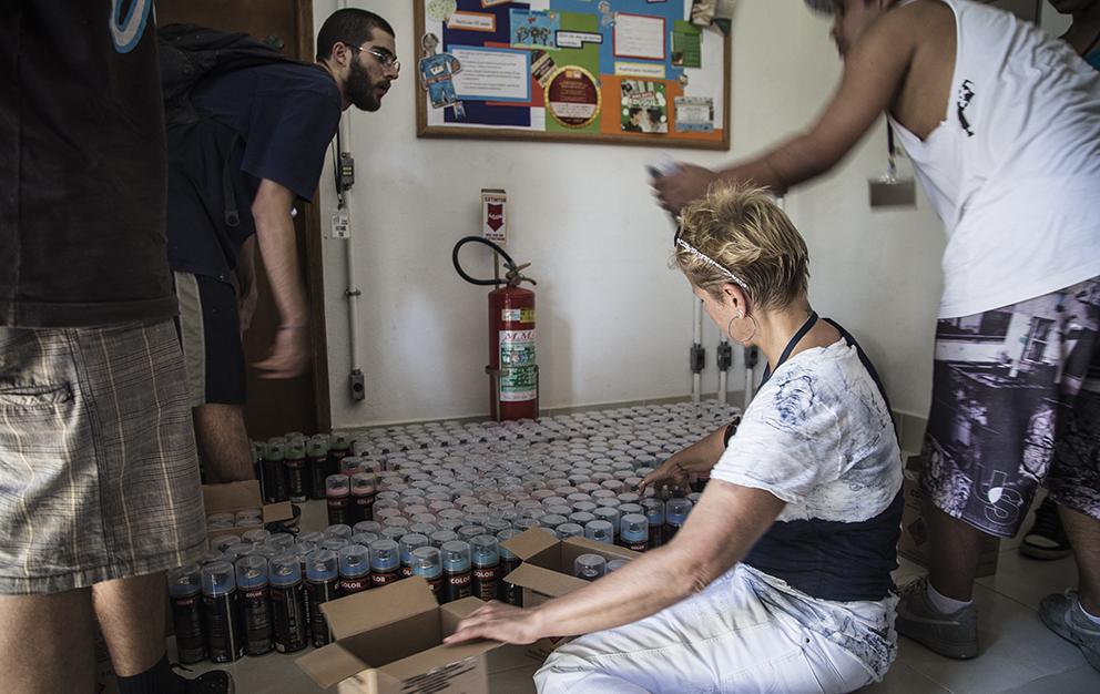 Xuxa dividindo as tintas entre os artistas. Foto Bruca Muniz (clique para aumentar).