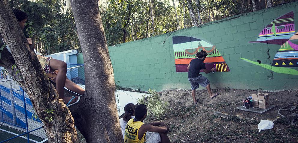 Kajaman e jovens da Fundação. Foto Bruca Muniz (clique para aumentar).