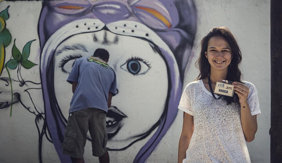 A realizadora do projeto, com Cand ao fundo. Foto Sasha Meneghel (clique para aumentar).