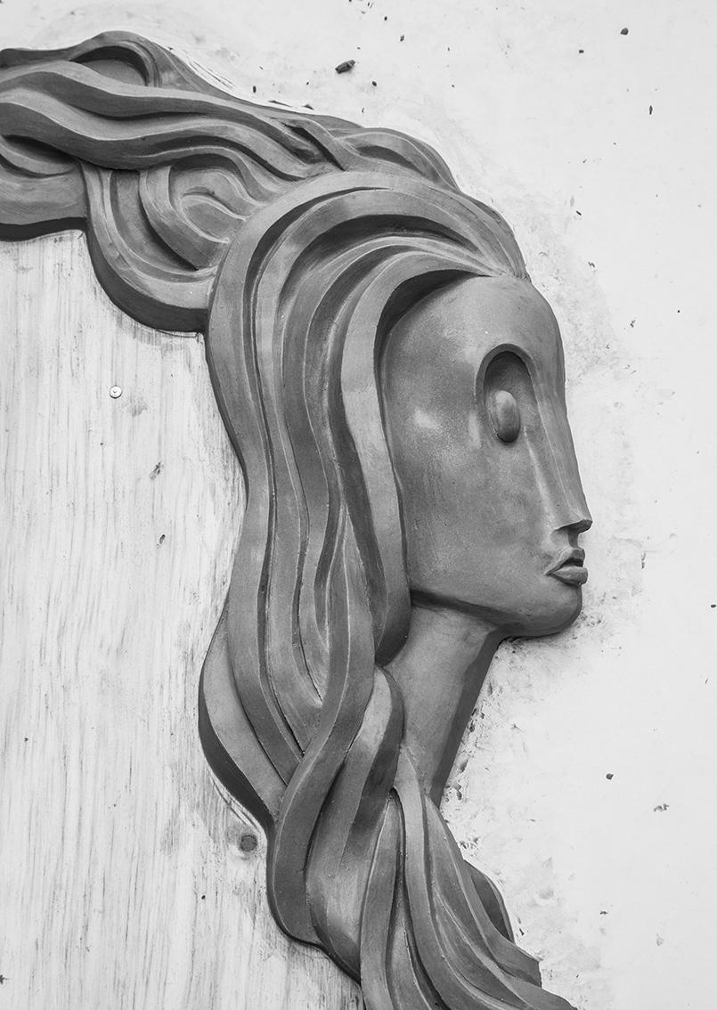 Escultura ainda no molde de clay.
