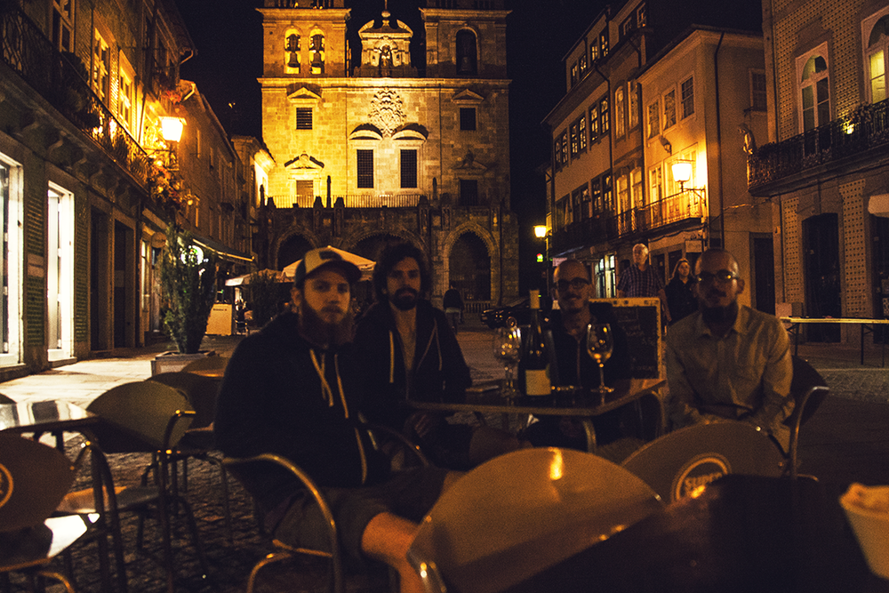 Braga tem vinho verde típico da região, baratinho, que você pode tomar ao péde enormes eantigas e invencíveis esculturasde pedra.