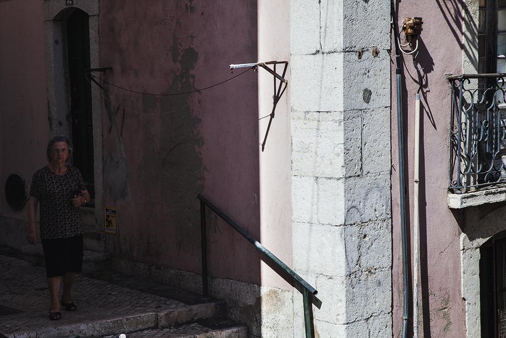 O bom hábito português de caminhar pela sombra.