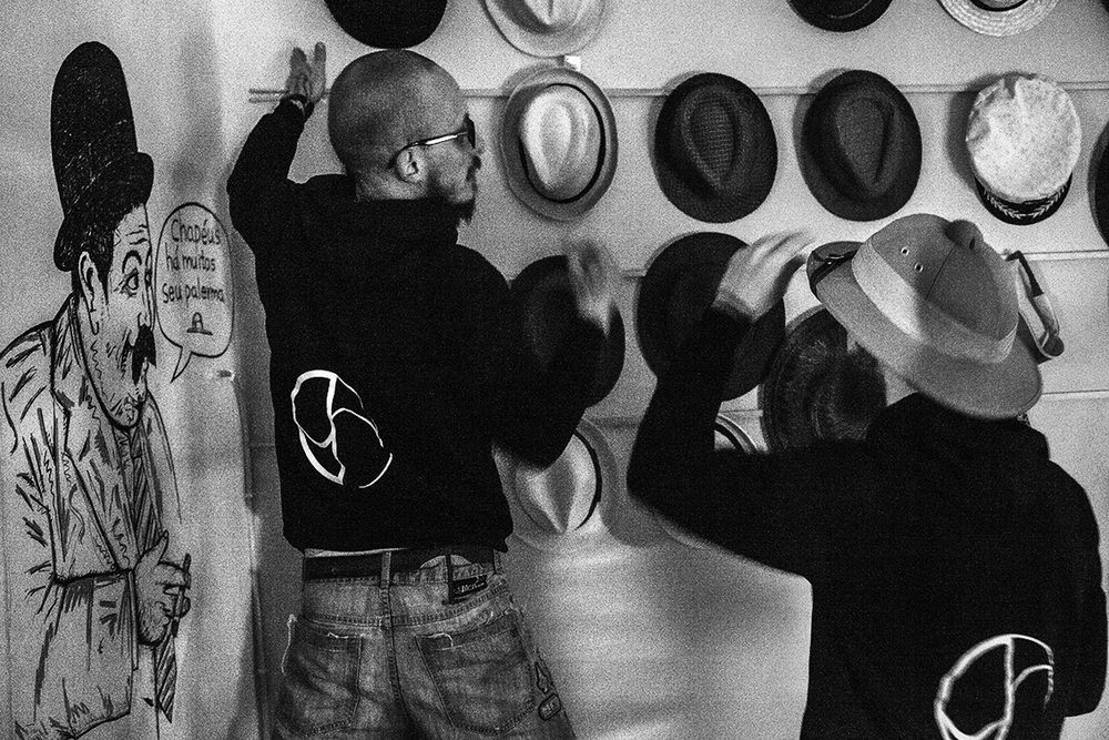 O fim da noite foi de palermas derrubando a parede de chapéus do hostel da Miúda.
