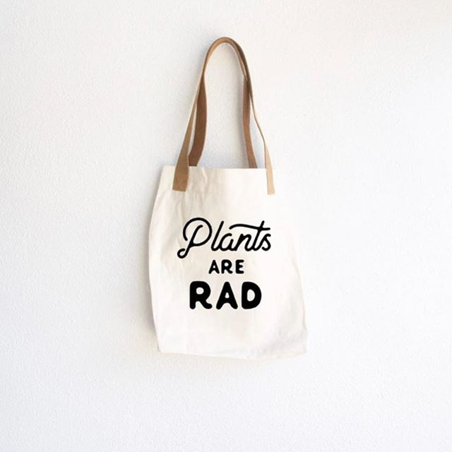 10 totes by @moxieandvalor! up for grabs!!! And yes...those are leather handles. 😍 ⠀⠀⠀⠀⠀⠀⠀⠀⠀⠀⠀⠀⠀⠀ Ok, I have TEN tote bags to give away!!!! You'll need to be quick because these are going to go fast! ⠀⠀⠀⠀⠀⠀⠀⠀⠀⠀⠀⠀⠀⠀ Here's how to claim them -- this is open to MEMBERS AND NON-MEMBERS!!! ⠀⠀⠀⠀⠀⠀⠀⠀⠀⠀⠀⠀⠀⠀ 1. Order your Premium Starter Kit! Choose from oils+diffuser, makeup, antioxidant/immune support or ditch and switch your cleaner and personal care products! ⠀⠀⠀⠀⠀⠀⠀⠀⠀⠀⠀⠀⠀⠀ 2. If you're a member and NOT on essential rewards, enroll today and place at least a 250 PV order! You'll get a few extra freebies for this one...a bottle of Thieves cleaner, glass spray bottle, dish soap, a bottle of lemon and a bottle of citrus fresh. Plus 10% back on your order in points. No contracts either. It's a beautiful thing! DM me for more info. ⠀⠀⠀⠀⠀⠀⠀⠀⠀⠀⠀⠀⠀⠀ 3. If you're already on essential rewards, refer your mama to a starter kit! Or your sister, cousin, friend, etc. You'll get a free tote and $50 cash from Young Living. To make your referral link, grab your member ID and go to: http://yl.pe ⠀⠀⠀⠀⠀⠀⠀⠀⠀⠀⠀⠀⠀⠀ 4. For my builders: If you purchase a flip kit, you'll get a free tote! ⠀⠀⠀⠀⠀⠀⠀⠀⠀⠀⠀⠀⠀⠀ READY? SET....GO!!!!!