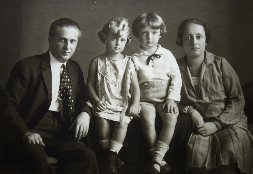 Mimi as a child in Vienna, with her brother Gert and her parents, Nandor and Toba Braun