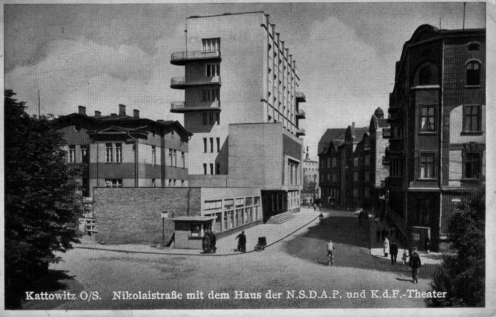 The caption in German notes landmarks inlcuding Nazi Party House in Nikolai street.