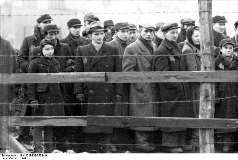 Lodz Jews lined up behind barbed wire, 1941. (Photo:Bundesarchiv)