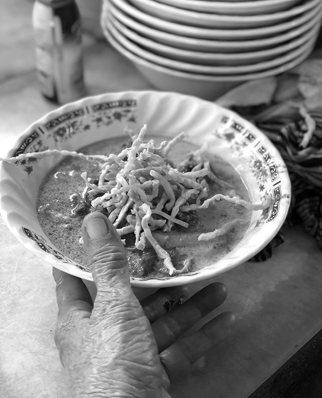 When in Chiang Mai, one must go to Khao Soi Kad Gorm for a bowl of Khao Soi. It's a Northern classic and all you have to do is choose chicken or beef and find a seat. Think curry, noodles to soak, noodles to crunch and pickles to cut through it all. And a very simple side street set up without the fuss. #danthemanontour