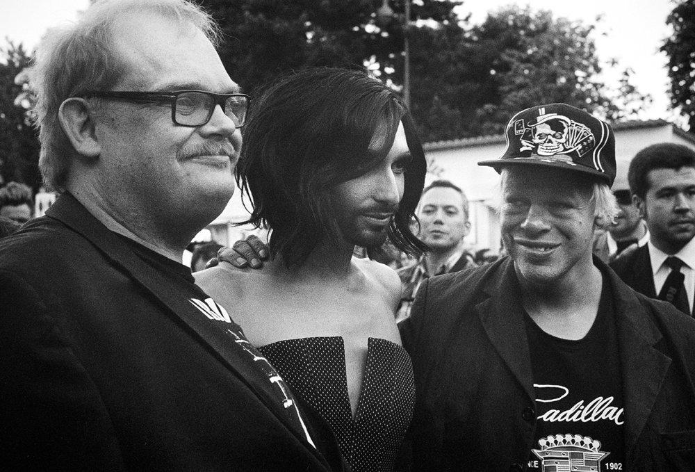 Sami Helle, Conchita Wurst ja Kari Aalto Euroviisuissa Wienissä toukokuussa 2015. Kuva:Kalle Pajamaa