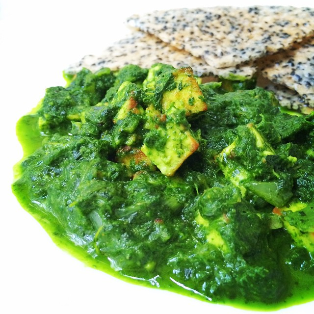 Saag Paneer served with rice crackers