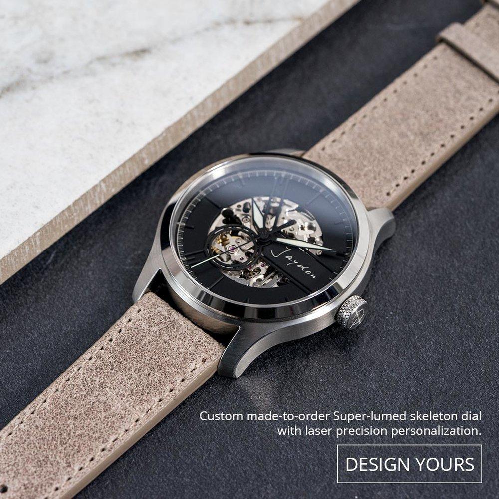 配上夜光鏤空錶面、瑞士超級夜光針、星辰 8 系列機芯、歐洲皮革、藍寶石玻璃錶鏡和 100 米防水。