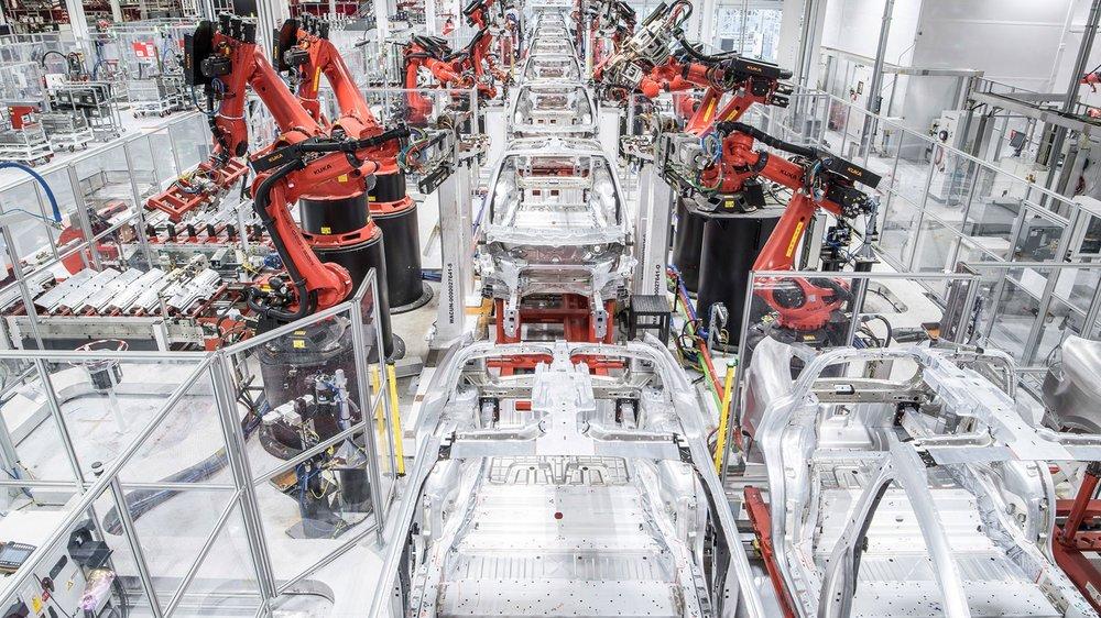 Tesla Model 3 gyár - részlet. Dolgoznak itt azert emberek is.
