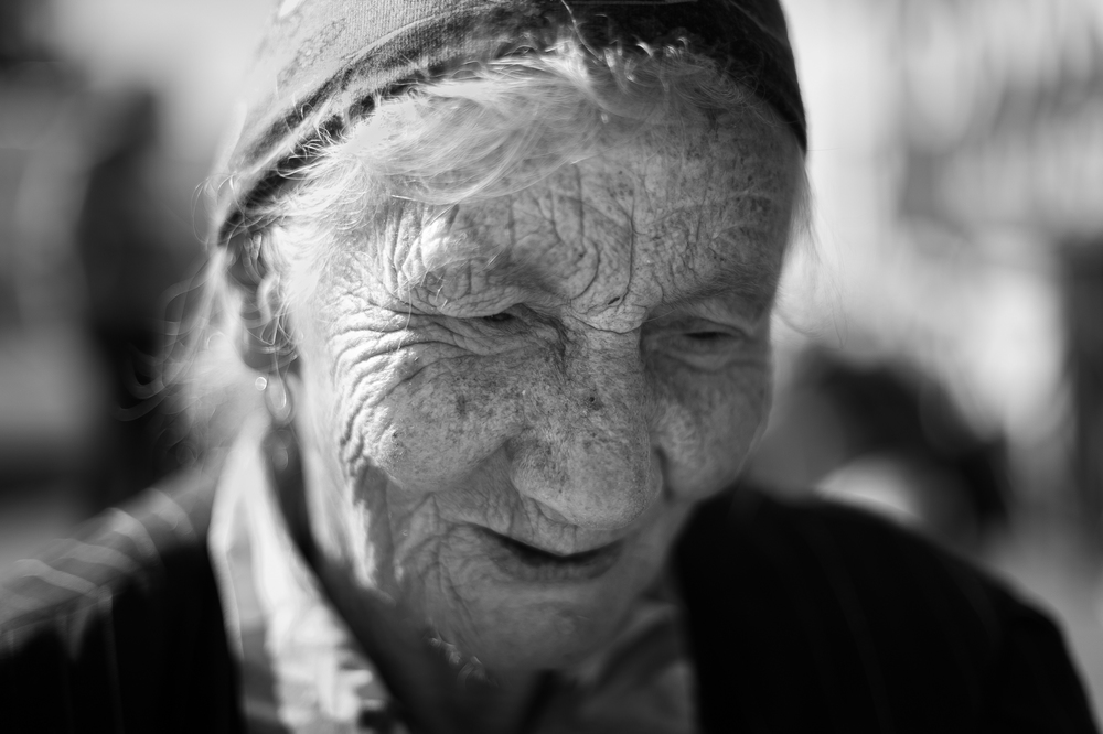 a Lady who has great care in the bazaar of Polonia.jpg