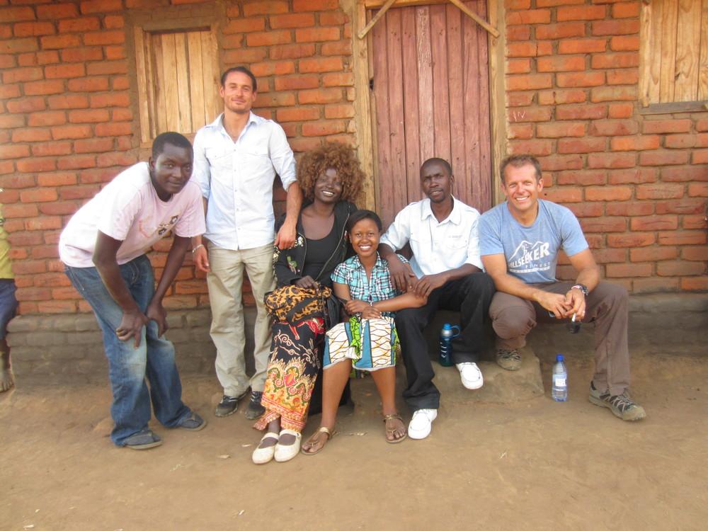 Von links nach rechts:Coach Mo, Apiyo, und Jeff zusammen mit Mike, Teresa und Arichie, Koordinatoren vor Ort