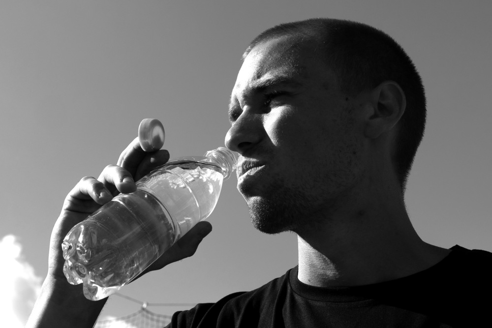 Kroppens energiproduktion sker i flydende miljøer, derfor behøver blodet, musklerne og organerne alle sammen vand for at kunne arbejde optimalt. I Danmark har vi rent og lækkert drikkevand direkte ud af vores haner.