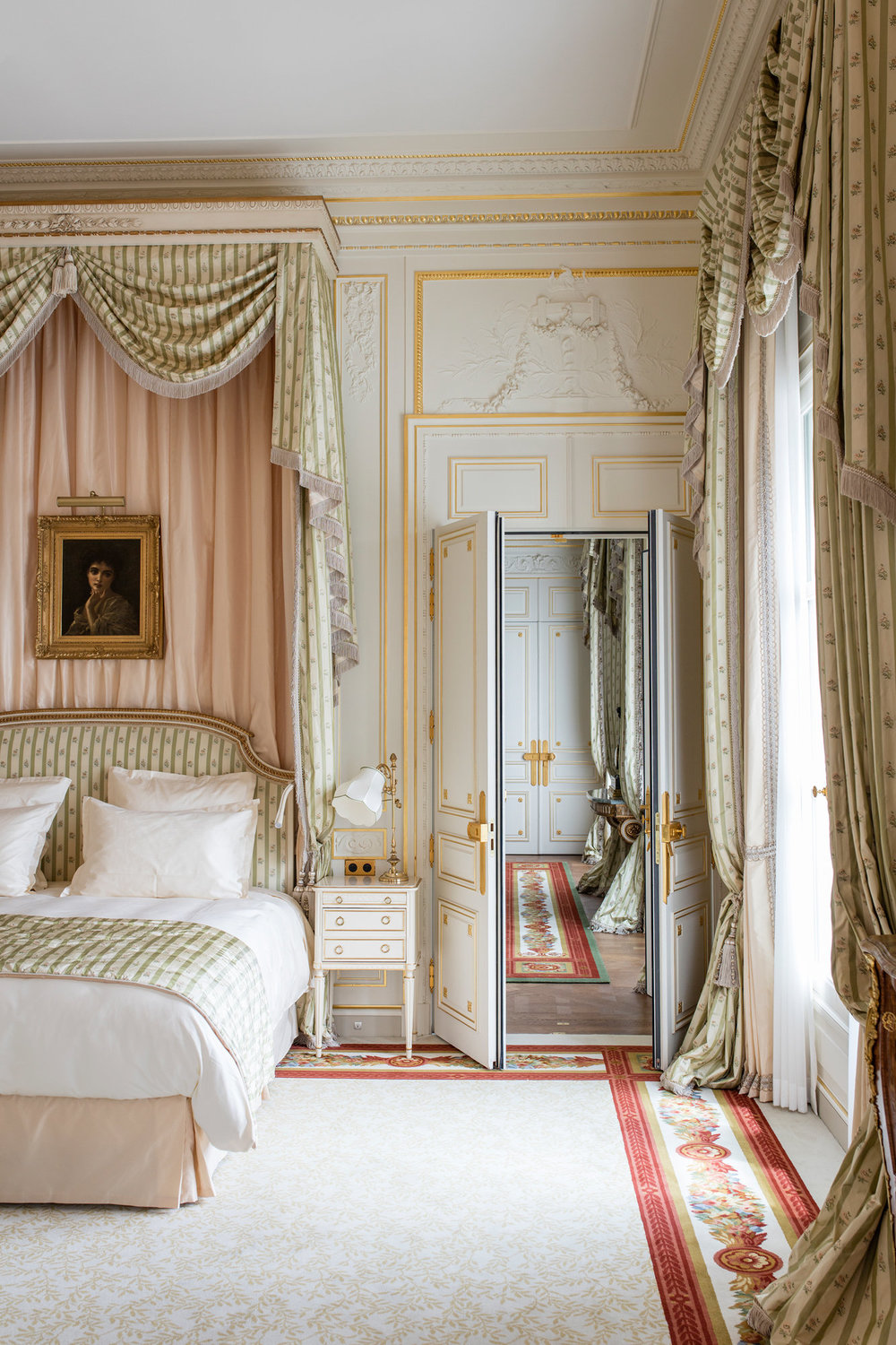 A very elegant canopy bed - I'm seeing variations on this theme alot recently