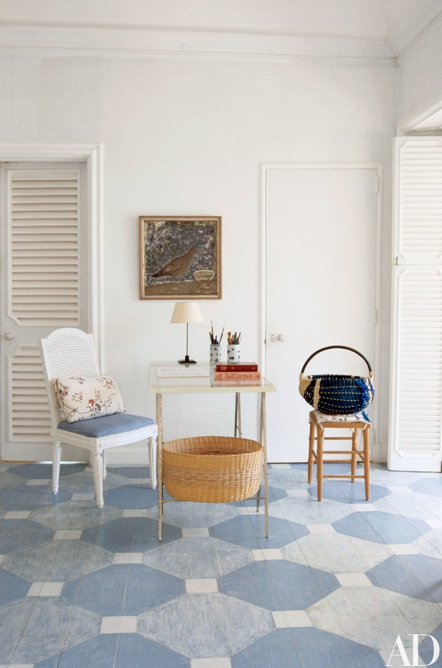 Custom painted floors a little distressed are perfect for this environnment